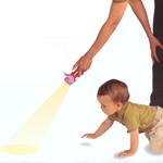 Jeux d'éveil avec une lampe de poche