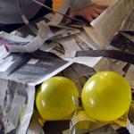gonfler les ballons et préparer la recette du papier mâché